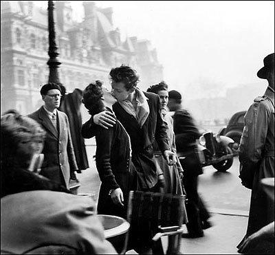 Beso en el Ayuntamiento de Paris.